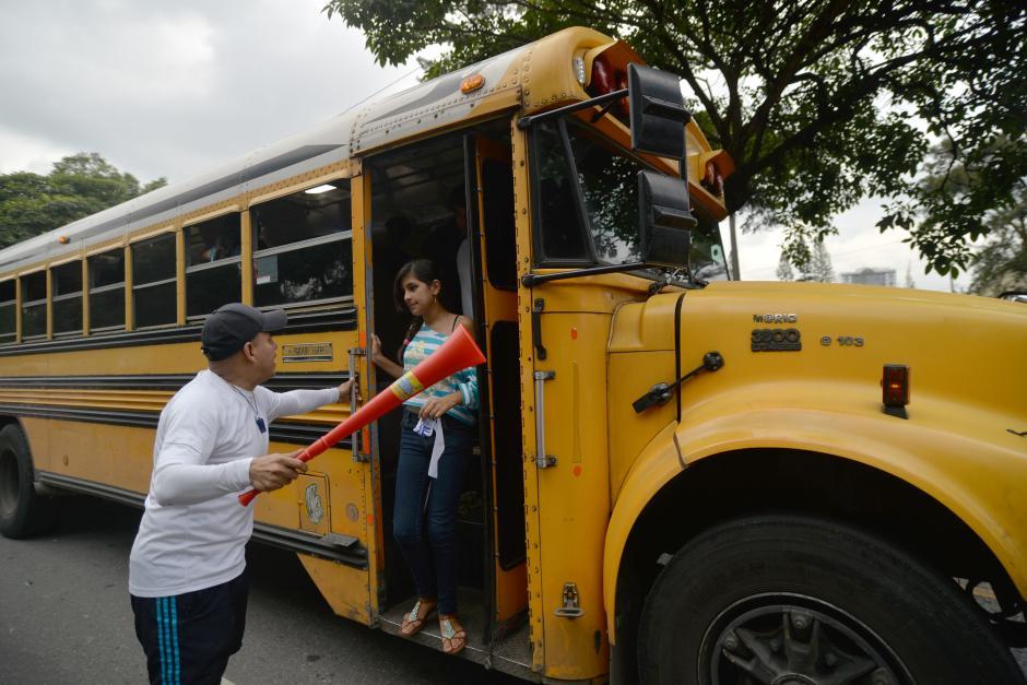 Algunos buses paran en el carril equivocado para abordar o bajar a los pasajeros. (Foto: Wilder López/Soy502)