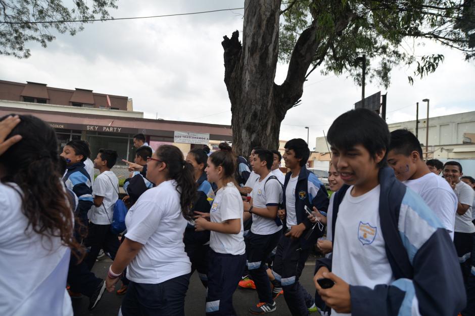 Los animados estudiantes esperan llegar pronto a su destino. (Foto: Wilder López/Soy502)