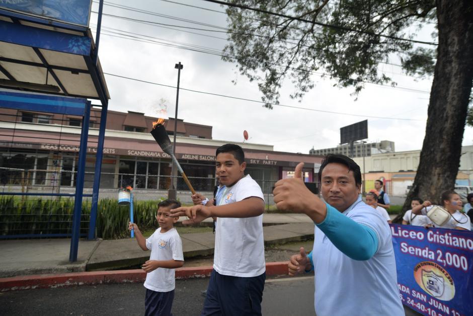 Decenas de estudiantes y profesores participan en los recorridos de las antorchas en la ciudad y las principales carreteras del país. (Foto: Wilder López/Soy502)