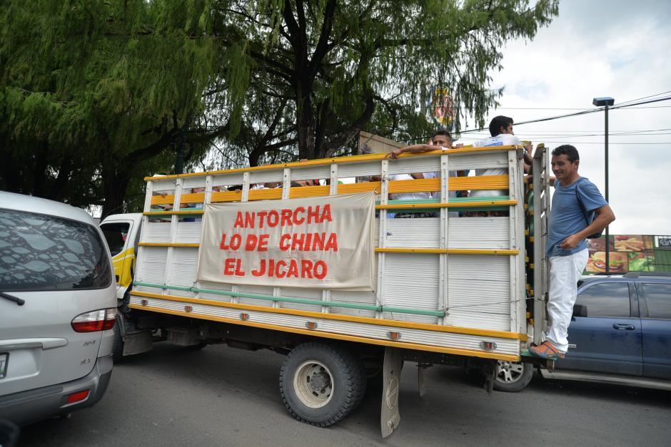 Los tradicionales camiones no podían faltar a la fiesta cívica llevando a los corredores. (Foto: Wilder López/Soy502)