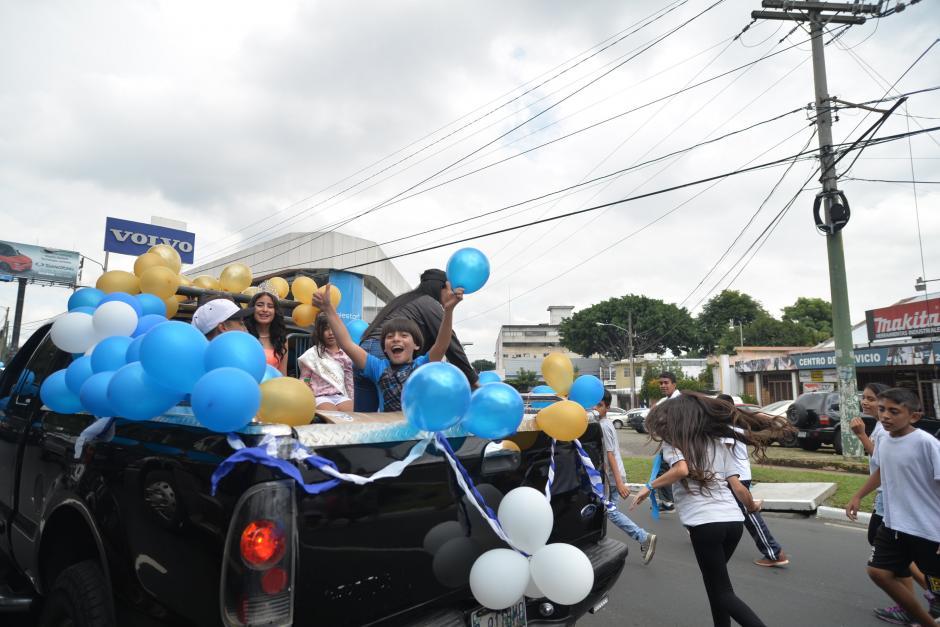Algunas carrozas acompañaron a los corredores. (Foto: Wilder López/Soy502)