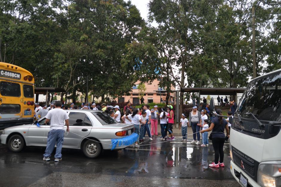 A algunos no les ha gustado ser mojados mientras portan el fuego patrio. (Foto: Wilder López/Soy502)