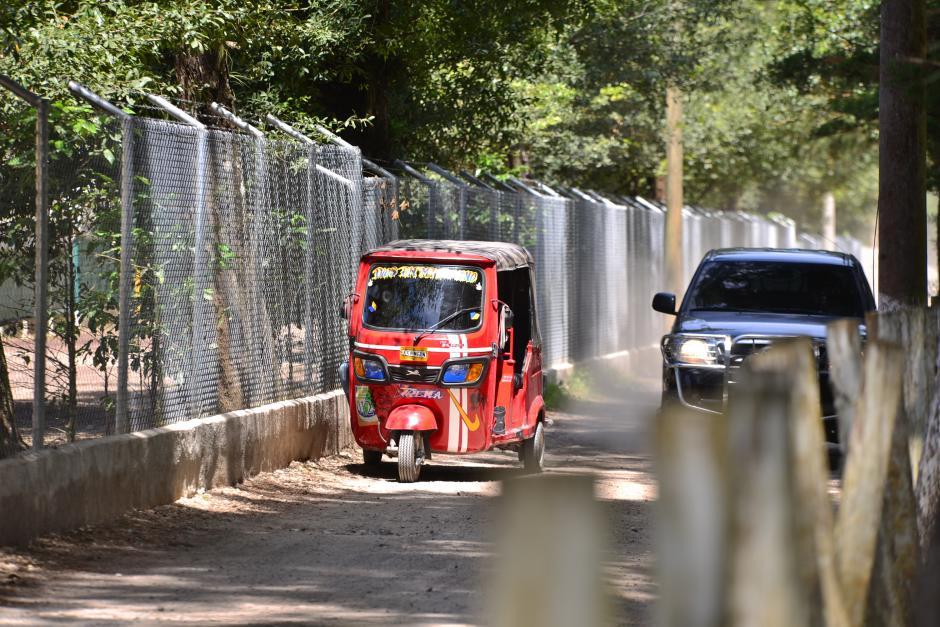 Para llegar al lugar no existe transporte público, las personas tienen que caminar desde la carretera. Solamente se observaron vehículos y un mototaxi que circulaba por el área. (Foto: Wilder López/Soy502)