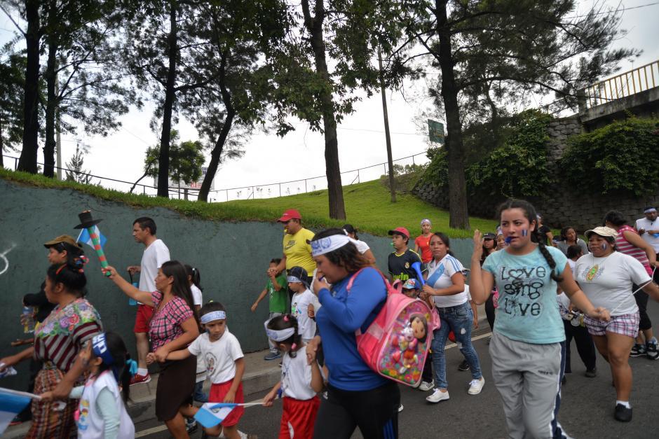 Un grupo proveniente de Mixco recorre los alrededores de El Trébol. (Foto: Wilder López/Soy502)