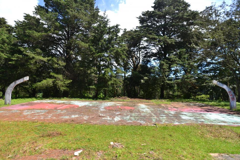 Actualmente en la propiedad existe una cancha de basketball y una de tenis en completo abandono. (Foto: Wilder López/Soy502)