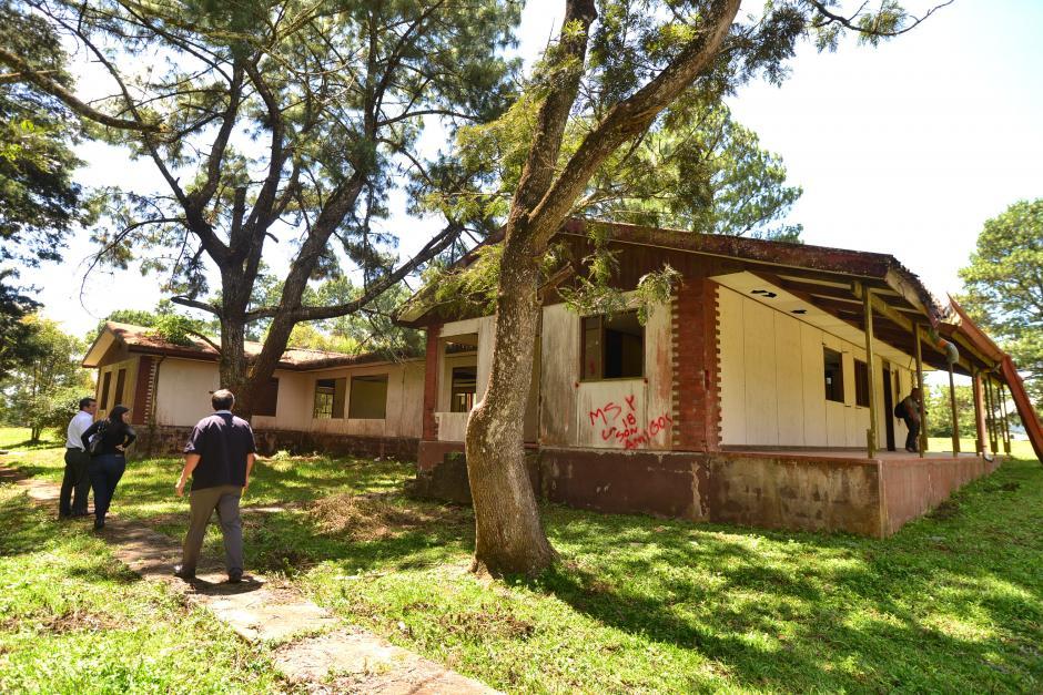 Existen varios inmuebles abandonados dentro de la finca que será utilizada para la construcción de viviendas. (Foto: Wilder López/Soy502)