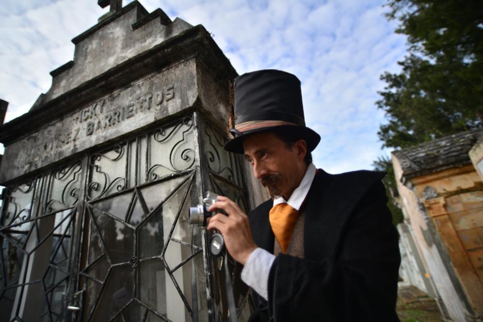 El guía del tour es el personaje XX, interpretado por Carlos Zeceña, quien proporciona información histórica sobre las tumbas del Cementerio General. (Foto: Wilder López/Soy502)