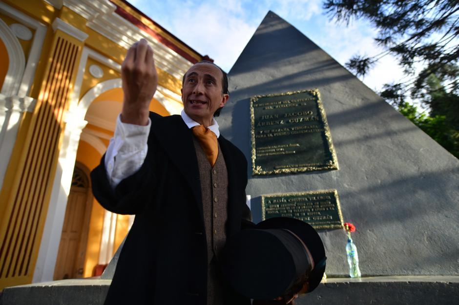 El tour inicia en la tumba de Jacobo Árbenz y el personaje XX hace una reseña histórica del famoso presidente. (Foto: Wilder López/Soy502)