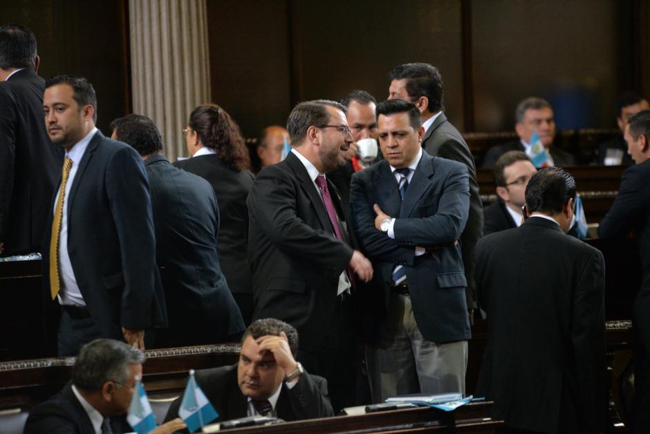 Rodas fue captado conversando con Salvador Baldizón, diputado de Lider. (Foto: Wilder López/Soy502)
