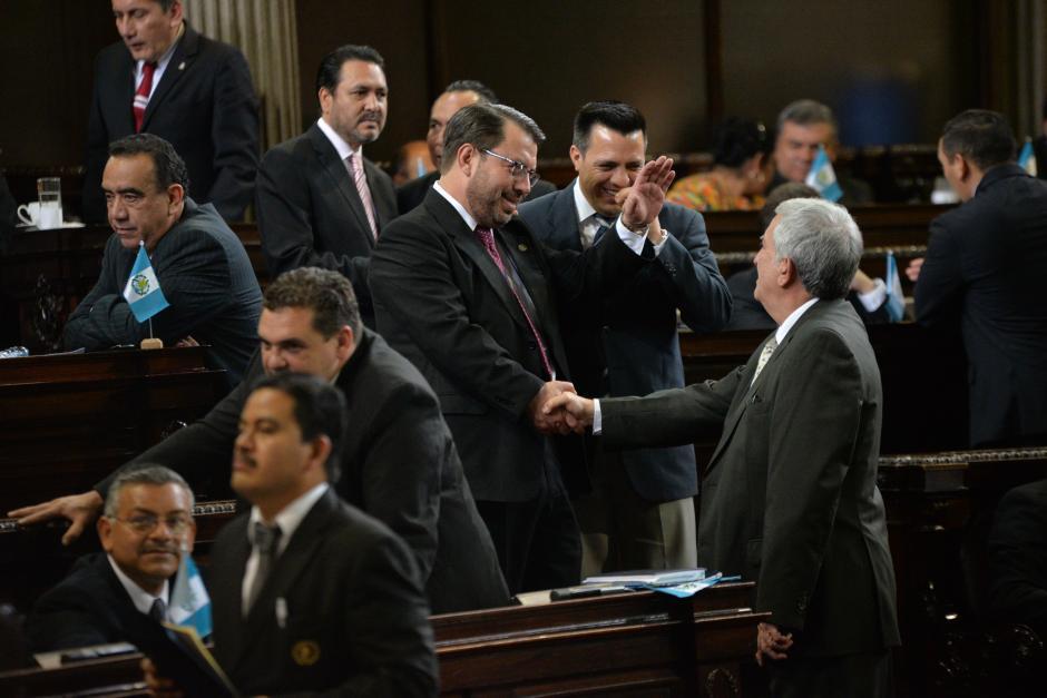 Aunque Rodas señaló que no andaba buscando diputados en el Congreso, lo cierto es que este jueves se lo recorrió todo y donde estaban las lentes de las cámaras, ahí estaba él, como en esta curiosa fotografía. (Foto: Wilder López/Soy502)