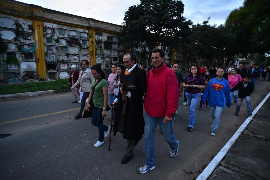 Necroturistas caminan por una de las avenidas del Cementerio General, guiados por el personaje XX. (Foto: Wilder López/Soy502)