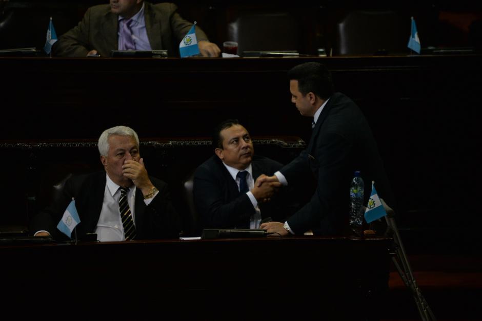 Rodas se cruzó todo el Hemiciclo y habló con el jefe de la bancada Creo, Carlos Fion (I), y aprovechó para platicar con Rubén Mazariegos, diputado que buscó su reelección con el MR. (Foto: Wilder López/Soy502)