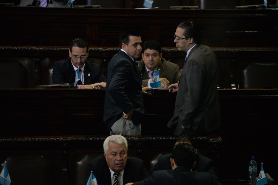 Durante la sesión plenaria de este jueves, el diputado Nery Rodas conversó con legisladores de diferentes bancadas. Según él, su bloque legislativo estará conformado la próxima semana. (Foto: Wilder López/Soy502)