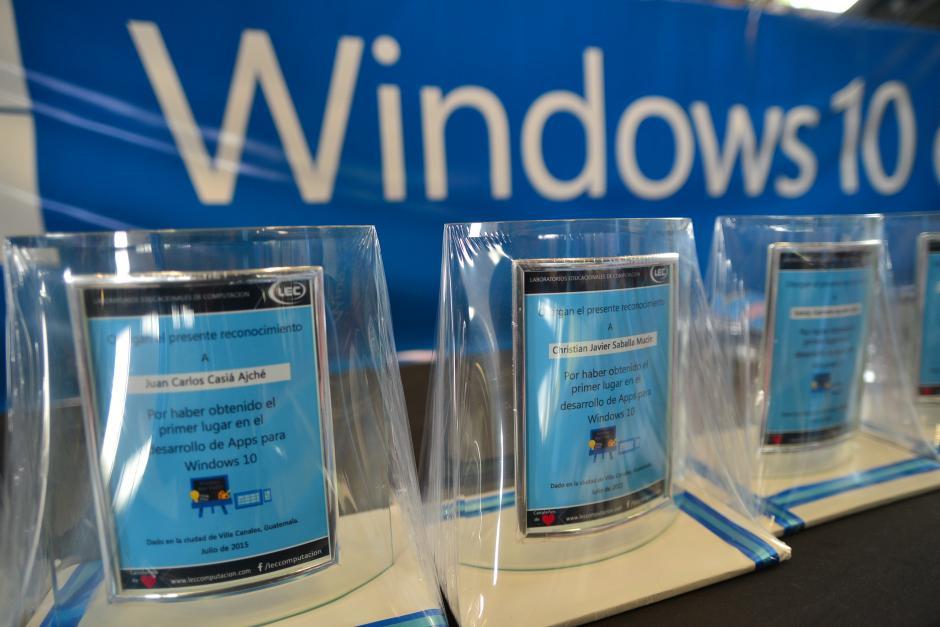 Estudiantes de Villa Canales reciben reconocimiento por la elaboración de aplicaciones para Windows 10. (Foto: Wilder López/Soy502)