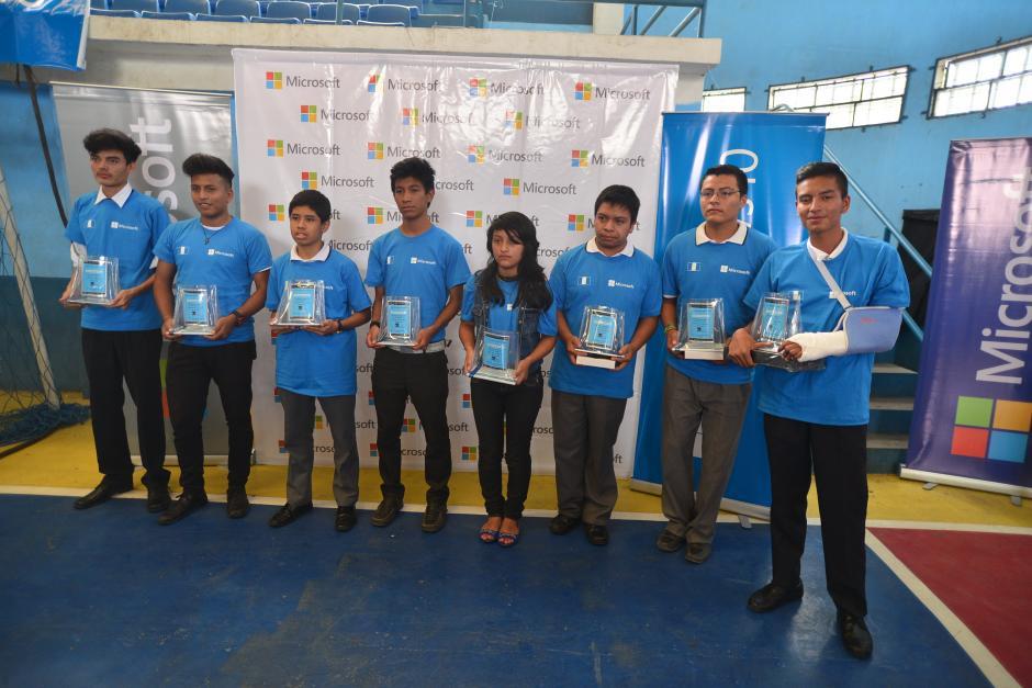 Ocho estudiantes del municipio de Villa Canales fueron premiados por elaborar aplicaciones para el nuevo sistema operativo Windows 10.(Foto: Wilder López/Soy502)