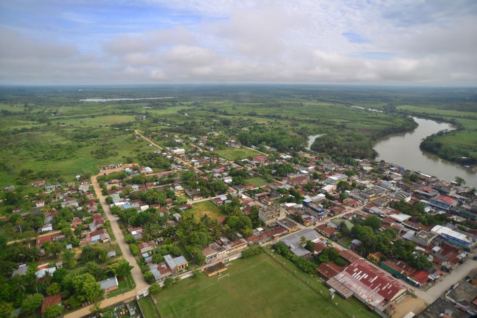 Vista aérea del municipio de Sayaxché, que se enfrenta al peor desastre ambiental que se recuerda, luego de que el río La Pasión fuera contaminado por un químico que arrasó con las especies. (Foto: Wilder López/Soy502)