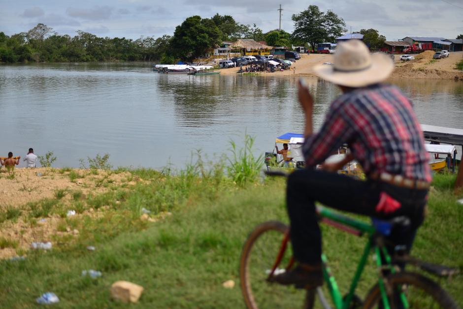 Los pobladores están impactados por lo sucedido en el río La Pasión y esperan que las autoridades asuman la responsabilidad de brindar el apoyo para que la tragedia no se extienda a sus familias. (Foto: Wilder López/Soy502)