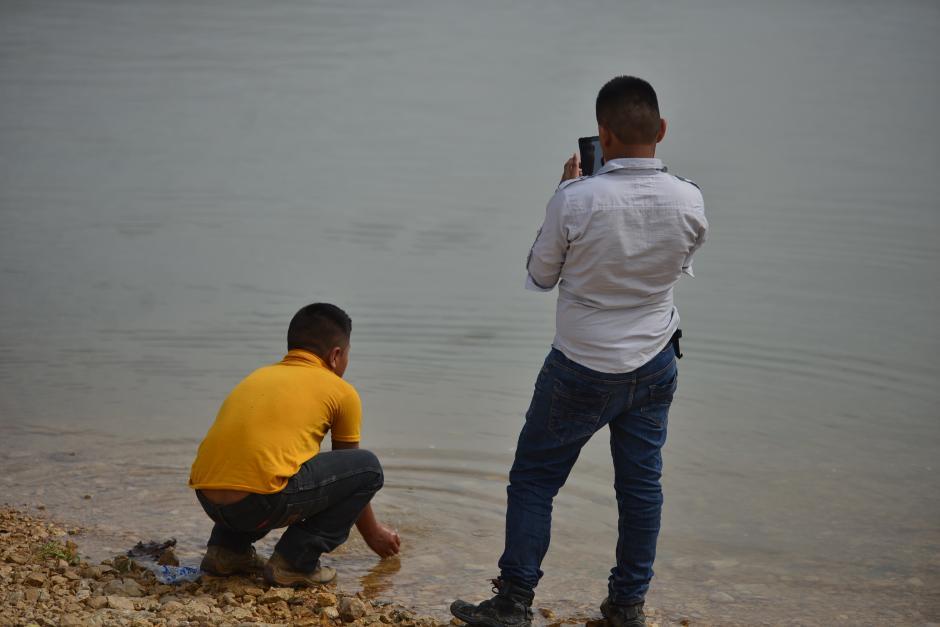 A pesar de las prohibiciones, algunas personas siguen utilizando el agua del río La Pasión. (Foto: Wilder López/Soy502)