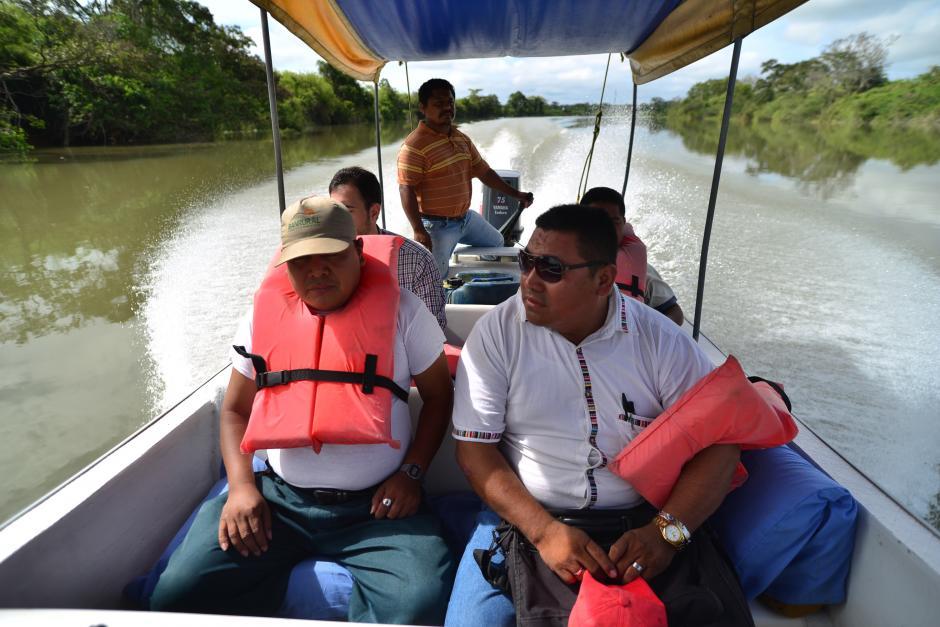 Líderes comunitarios, como Walter Sij y Mauricio Coy, viajan en lancha río abajo para constatar los efectos de la contaminación. (Foto: Wilder López/Soy502)
