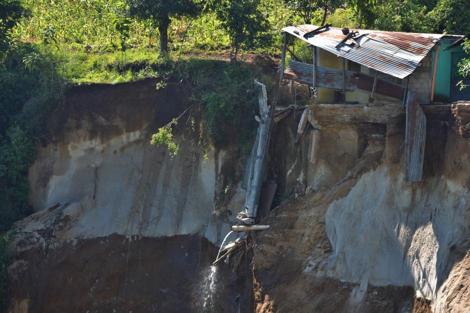 Al menos cinco casas quedaron afectadas por el derrumbe. (Foto: Wilder López/Soy502)