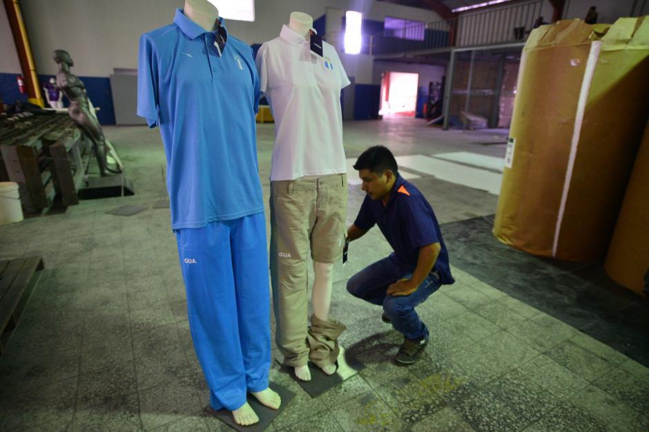A la izquierda, un uniforme de calentamiento de hombre, y a la derecha, el uniforme de mujer con la camisa polo blanca y pantalón beige. (Foto: Wilder López/Soy502)