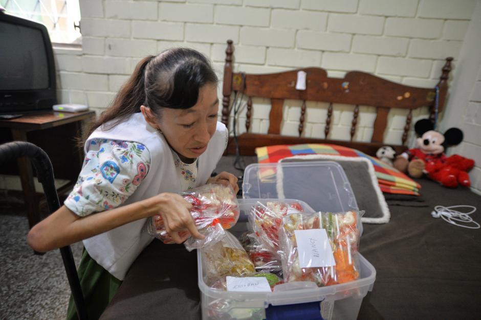 Claudia inició su negocio de paletas de caramelo con leche condensada hace 7 años. (Foto: Wilder López/Soy502)