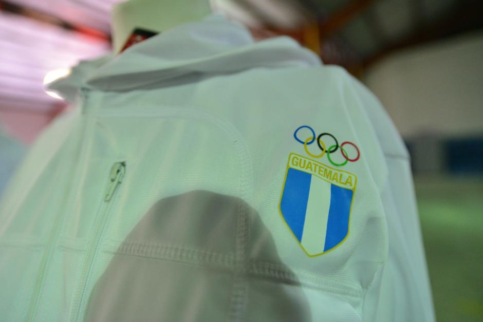 Imagen del escudo de Guatemala, acompañado de los aros olímpicos en los uniformes que usarán los deportistas guatemaltecos en los Juegos de Toronto. (Foto: Wilder López/Soy502)