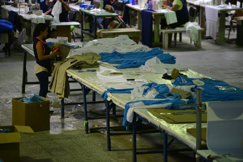 Pantalones, camisas y pants son empacados para cumplir con la meta de vestir a los atletas. (Foto: Wilder López/Soy502)