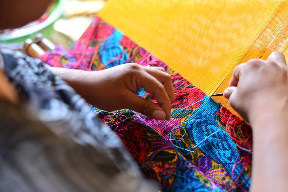 Después de realizar sus tejidos, Marcia Hernández termina sus tareas en la computadora.(Foto: Wilder López/Soy502)