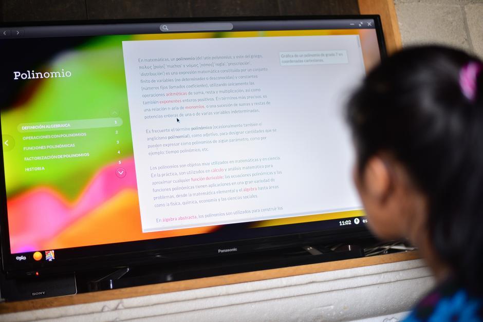 El dispositivo cuenta con más de 150 programas configurados y sin necesidad de Internet, como Wikipedia o clases virtuales.(Foto: Wilder López/Soy502)