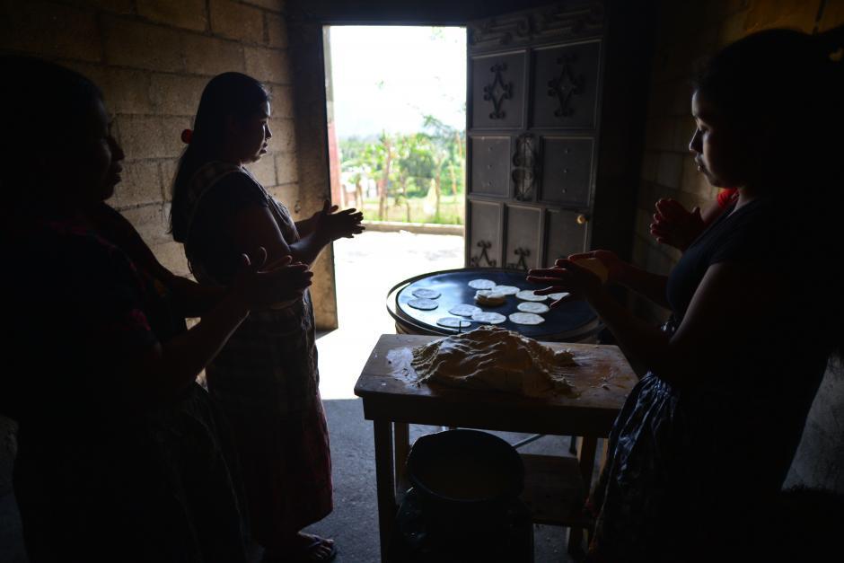 La familia colabora también en la venta de los tres tiempos de tortillas.(Foto: Wilder López/Soy502)