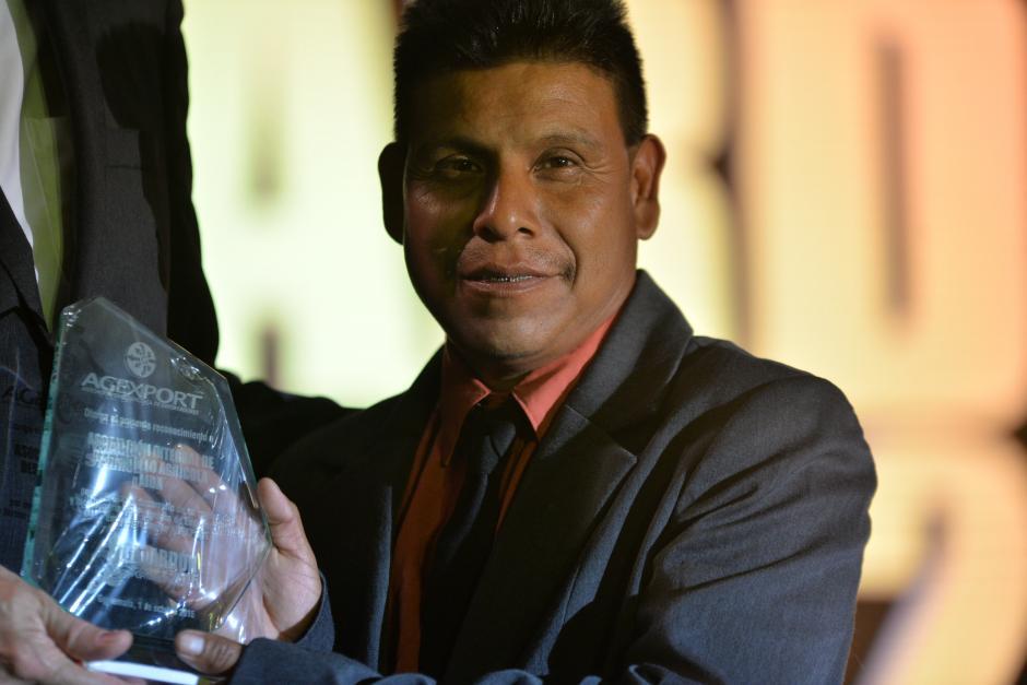 José Tiu Pu recogió el reconocimiento al Encademiento Empresarial Rural Destacado que recibió la Asociación Integral de Desarrollo Agrícola. (Foto: Wilder López/Soy502)