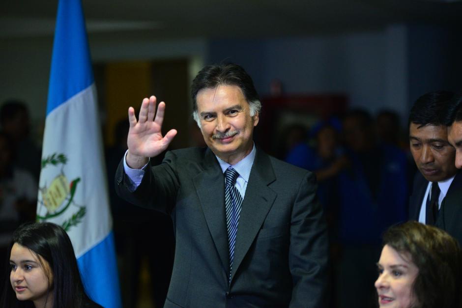 El expresidente Alfonso Portillo saluda ante los medios, tras arribar a Guatemala, el mismo día en el que salió de la cárcel en Denver. (Foto: Wilder López/ Soy502)