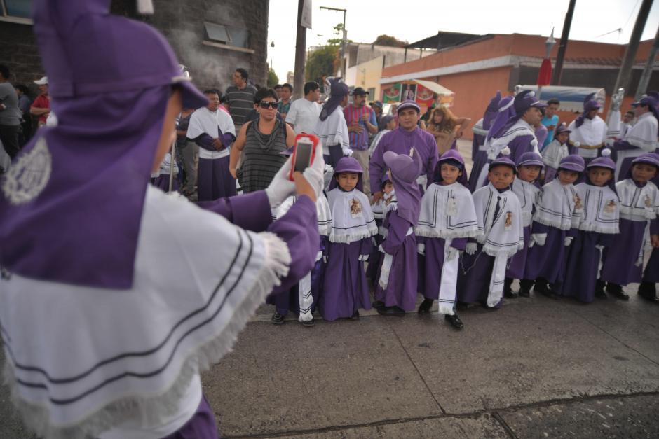 Niños posan para una foto antes de tomar su turno en la procesión infantil. (Foto: Wilder López/Soy502)
