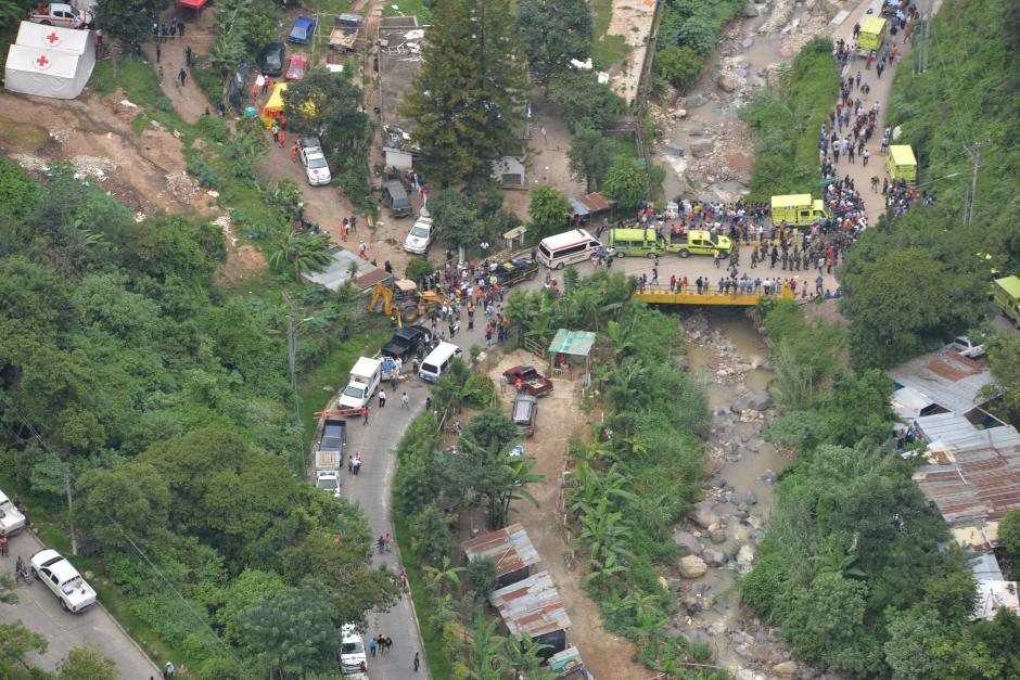El cauce del Río Pinula quedó interrumpido y dificulta el rescate.(Foto: Wilder López/Soy502)
