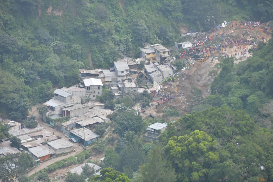 Imagen aérea de la búsqueda de víctimas en El Cambray II, Santa Catarina Pinula.(Foto: Wilder López/Soy502)