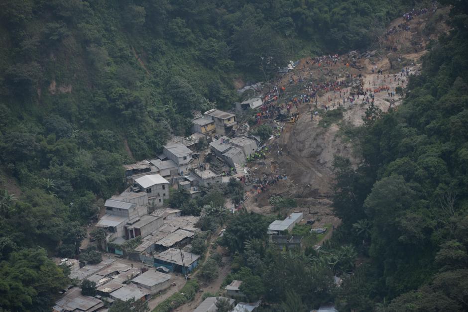 Imagen aérea de la colonia El Cambray II, que quedó soterrada tras el derrumbe del cerro. (Foto: Wilder López/Soy502)