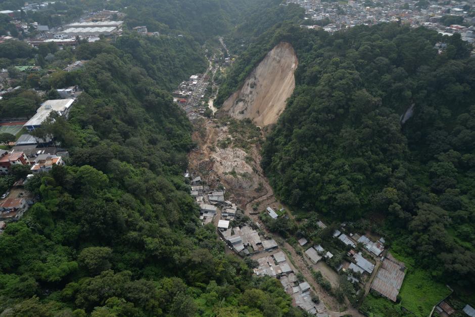 Imagen aérea que permite dimensionar la tragedia. El cerro se partió y la tierra cayó sobre la comunidad de El Cambray II, en Santa Catarina Pinula.(Foto: Wilder López/Soy502)