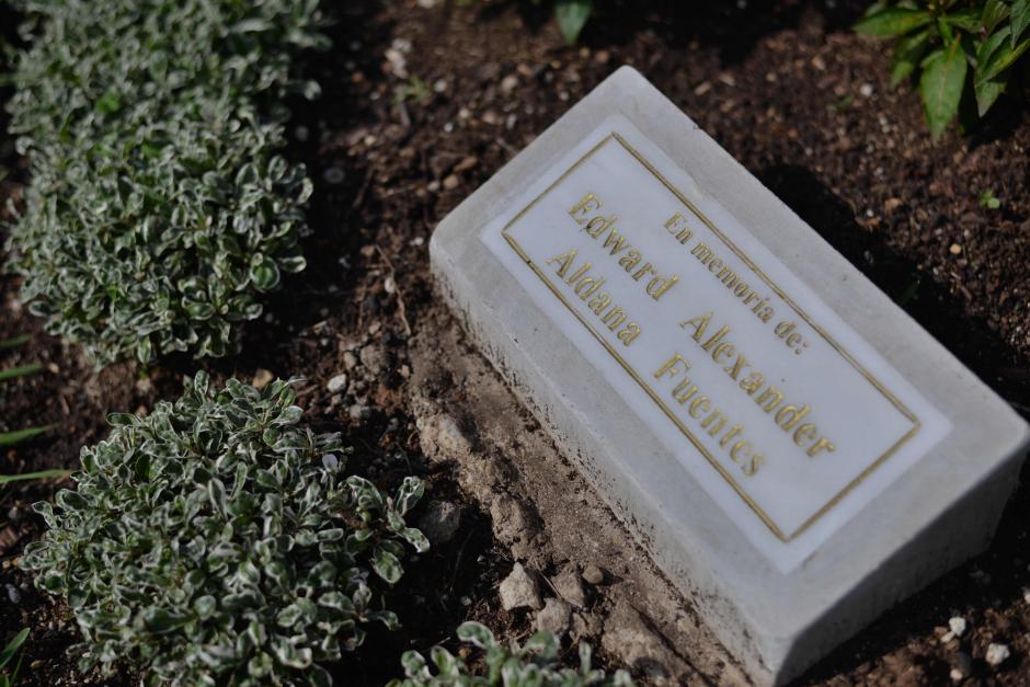 Esta fue la placa colocada en memoria de Alex luego de su fallecimiento hace cinco meses. (Foto: Archivo/Soy502)