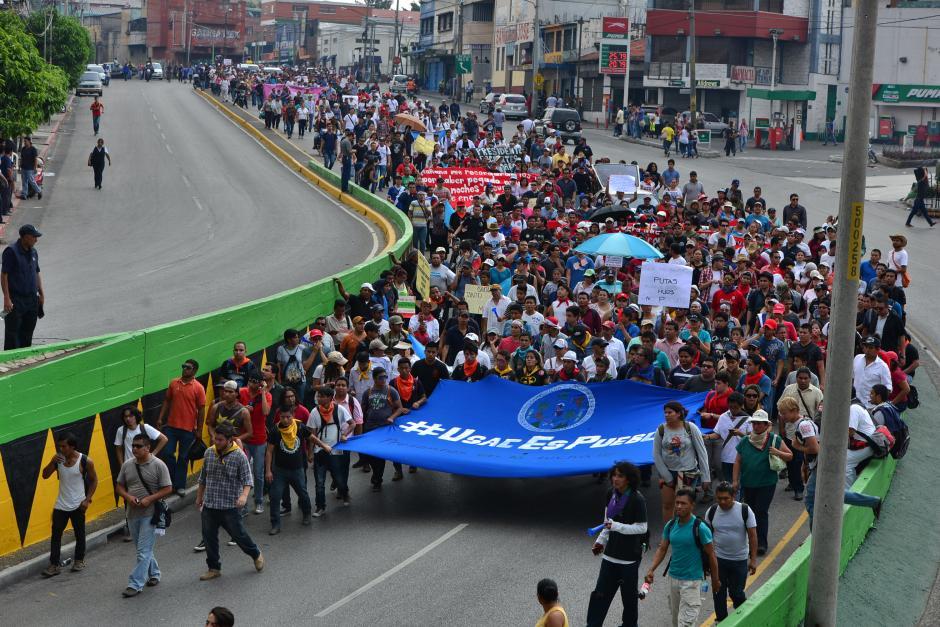 Así lucía el movimiento de la USAC cuando pasó por la Avenida Bolívar previo a ingresar a la zona 1. (Foto: Wilder López/Soy502)