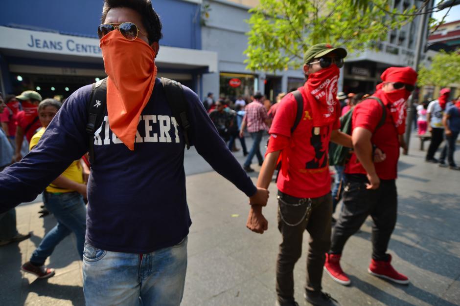 Universitarios hicieron una cadena humana para evitar cualquier tipo de altercado en la sexta avenida. (Foto: Wilder López/Soy502)