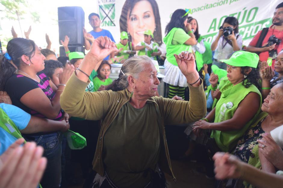 Previo al discurso de Sandra Torres se realizaron diversas actividades, María Cruz participó en un concurso de baile esperando ganar un premio. (Foto: Wilder López/Soy502)
