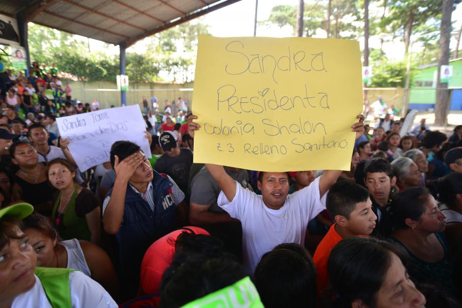 Un simpatizante de la UNE sostiene un cartel demostrando su apoyo a la candidata a la presidencia de Guatemala. (Foto: Wilder López/Soy502)