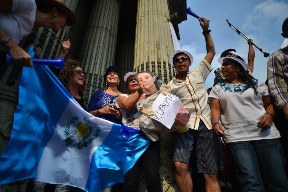 Guatemaltecos subieron a las gradas del Palacio Nacional de la Cultura para gritar consignas contra los gobernantes. (Foto: Wilder López/Soy502)