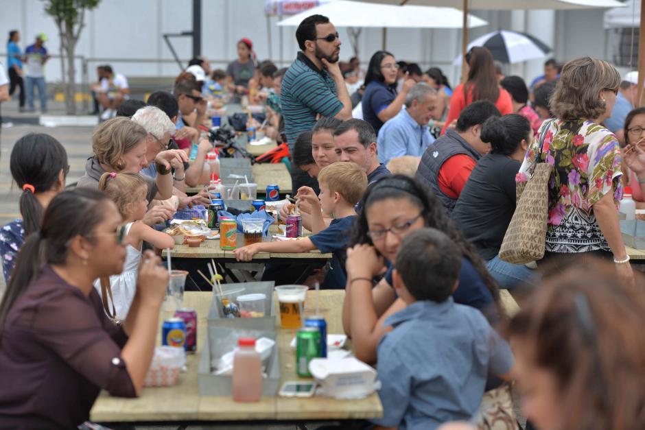 Familias disfrutan de un domingo lleno de comida y música. (Foto: Wilder López/Soy502)