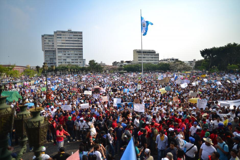 Miles de guatemaltecos se dieron cita en la Plaza de la Constitución para pedir la renuncia de los funcionarios de Gobierno vinculados a la red de defraudación de la SAT. (Foto: Wilder López/Soy502)
