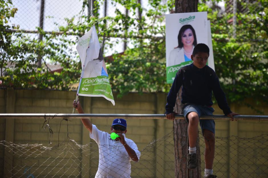 Algunos asistentes prefirieron observar la actividad desde las afueras del salón. (Foto: Wilder López/Soy502)