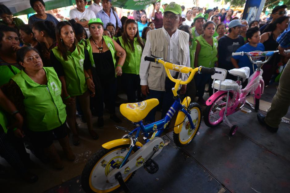 Bicicletas se rifaron entre los niños que participaron en dinámicas del mitin. (Foto: Wilder López/Soy502)