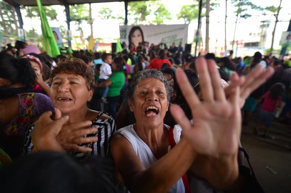 Simpatizantes realizan una señal cruzando las manos, emulando a la que realiza Sandra Torres. (Foto: Wilder López/Soy502)