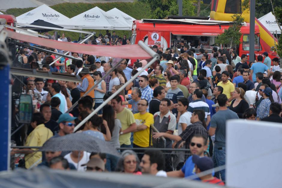 Muchas personas llegaron a degustar sus platillos favoritos. (Foto: Wilder López/Soy502)